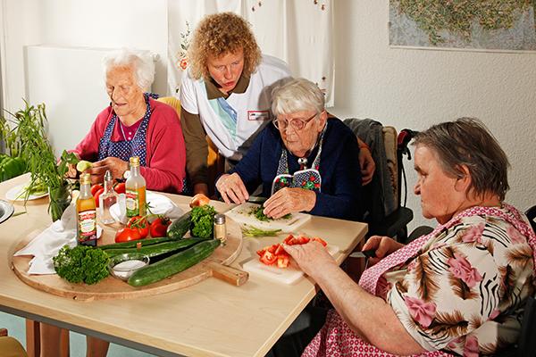 Senioren beim Gemüseschneiden